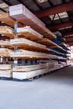 Panneaux en bois stockés à l'intérieur d'un entrepôt Image stock
