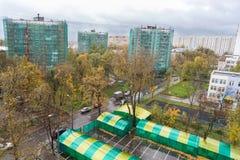 Panneaux isolés et bâtiments plaqués de neuf-étage Photos libres de droits