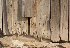 Panneaux loqueteux en bois de grange de cru images stock