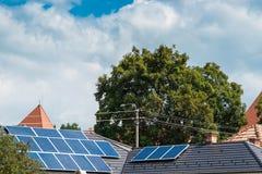 Panneaux photovoltaïques sur la maison residentual, nuages de tempête de ciel bleu photographie stock libre de droits