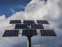 panneaux photovoltaïques sur un fond des nuages photos libres de droits
