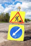 Panneaux routiers à la route en construction Images stock