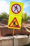 Panneaux routiers au chantier de construction en été Image libre de droits