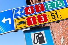 Panneaux routiers colorés avec des nombres d'itinéraire Photographie stock