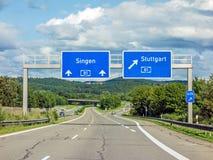 Panneaux routiers d'autoroute sur l'autoroute A81 montrant la sortie à Stuttgart Images libres de droits
