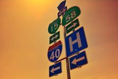40 panneaux routiers d'un état à un autre avec des lumières d'aube Photos stock