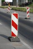 Panneaux routiers dans une route sur la reconstruction Photo libre de droits