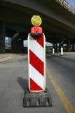 Panneaux routiers dans une route sur la reconstruction Images libres de droits