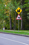 Panneaux routiers des animaux près du chemin Images libres de droits