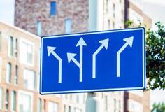 Panneaux routiers directionnels vides au-dessus des bâtiments Photos libres de droits