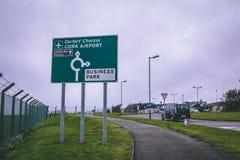 Panneaux routiers en dehors de l'aéroport du liège en Irlande Photo libre de droits