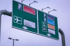 Panneaux routiers en dehors de l'aéroport du liège en Irlande Photographie stock