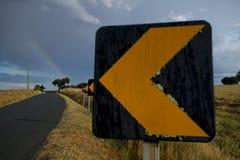 Panneaux routiers et un arc-en-ciel dans la région de l'Alentejo, Portugal image stock