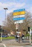 Panneaux routiers, feux de signalisation et arrêt d'autobus Images stock