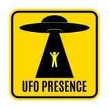 Panneaux routiers humoristiques de danger pour l'UFO, thème d'abduction d'étrangers, illustration de vecteur Panneau routier jaun Photographie stock libre de droits