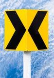 Panneaux routiers indiquant la direction sur la route incurvée images stock