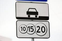 Panneaux routiers payés de stationnement Photos libres de droits