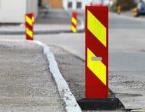 Panneaux routiers rayés rouges et jaunes de précaution Photographie stock
