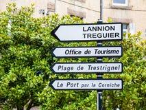 Panneaux routiers sur la place dans la ville de Perros-Guirec Photo stock