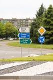 Panneaux routiers sur les rues de Burgas, Bulgarie Images stock
