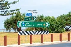 Panneaux routiers touristiques directionnels chez Lennox Head, Australie Photo stock