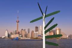 Panneaux routiers vides, horizon de Changhaï Photo stock