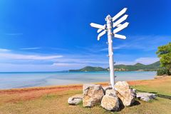 Panneaux routiers vides sur la plage Photo stock