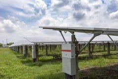 Panneaux solaires à l'arrière-plan solaire de ciel bleu de fermes images stock