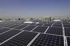Panneaux solaires à une centrale solaire image libre de droits