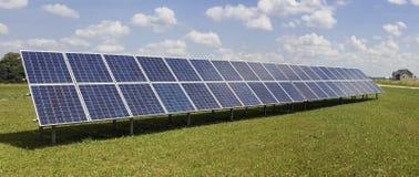 Panneaux solaires électriques de génération sur le pré Photo libre de droits