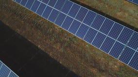Panneaux solaires avec briller de lumière du soleil Tiré sur le bourdon clips vidéos