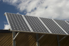Panneaux solaires avec le ciel bleu et les nuages Image libre de droits
