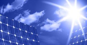 Panneaux solaires avec le soleil Photographie stock libre de droits