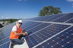 Panneaux solaires avec le technicien Images stock
