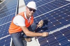 Panneaux solaires avec le technicien Photo stock