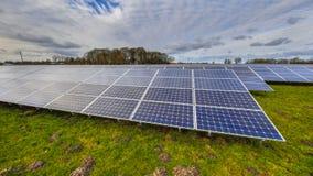 Panneaux solaires d'un système photovoltaïque Photos stock