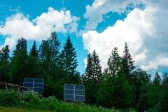 Panneaux solaires dans la forêt images stock