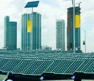 Panneaux solaires dans la ville photographie stock