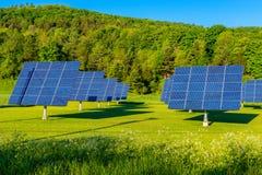 Panneaux solaires dans le domaine au Vermont Etats-Unis photos libres de droits