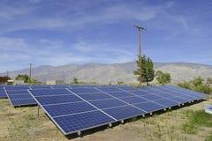 Panneaux solaires dans un environnement de désert Photos libres de droits