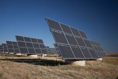 Panneaux solaires dans une prairie image libre de droits