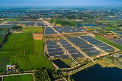 Panneaux solaires de ferme solaire images stock