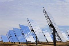 Panneaux solaires de miroir d'énergie verte renouvelable Photographie stock libre de droits