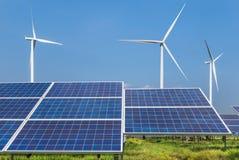 Panneaux solaires de Photovoltaics et turbines de vent produisant de l'électricité dans la centrale solaire photo libre de droits