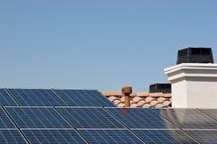 Panneaux solaires de toit Images libres de droits