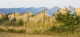 Panneaux solaires derrière la barrière photos stock