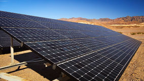 Panneaux solaires en parc national de Death Valley image libre de droits