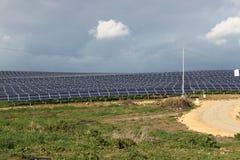 Panneaux solaires et montagnes Image stock