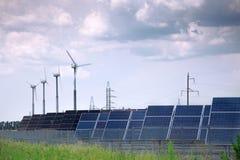 Panneaux solaires et moulin à vent Images libres de droits