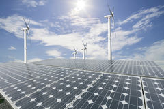 Panneaux solaires et turbine de vent avec le fond de ciel bleu images libres de droits